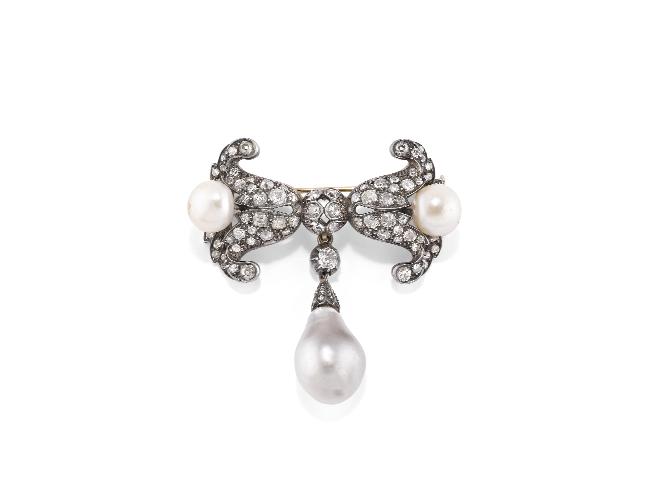 Diamanti e perle uniti col fiocco