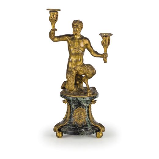 COPPIA DI CANDELABRI IN METALLO DORATO E MARMO VERDE, XVIII-XIX SECOLO a due fiamme sorretti da scul